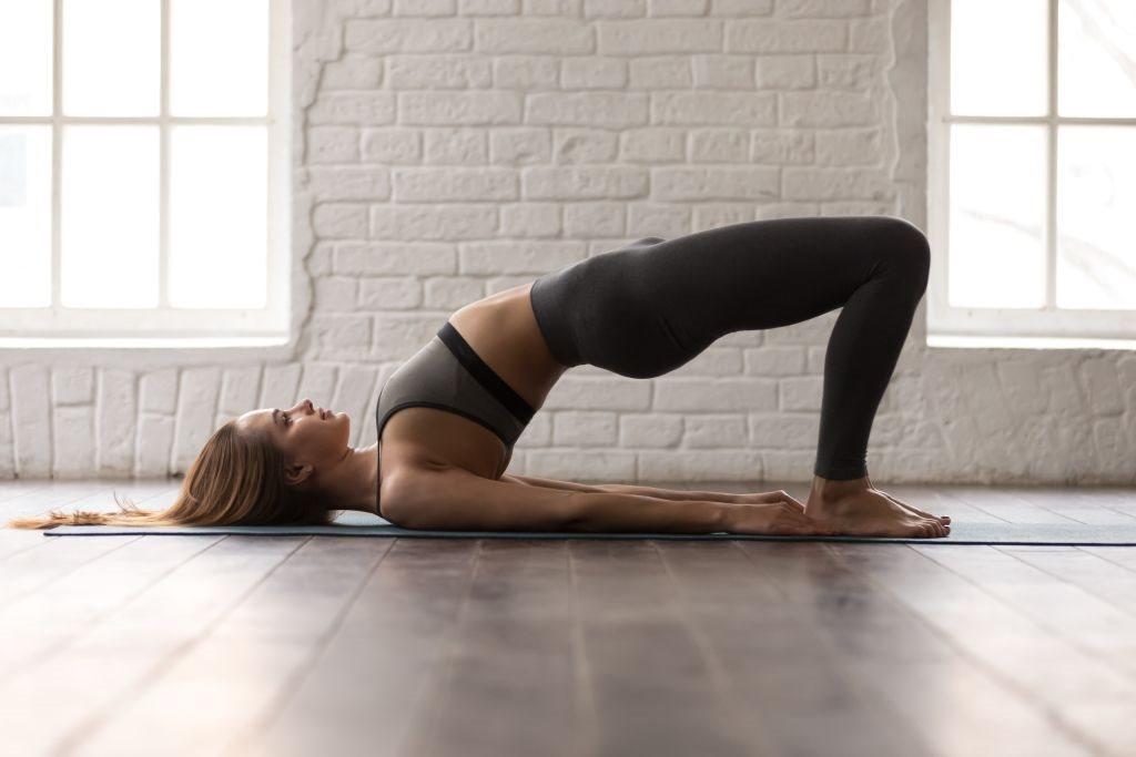 zena radi joga pozu most