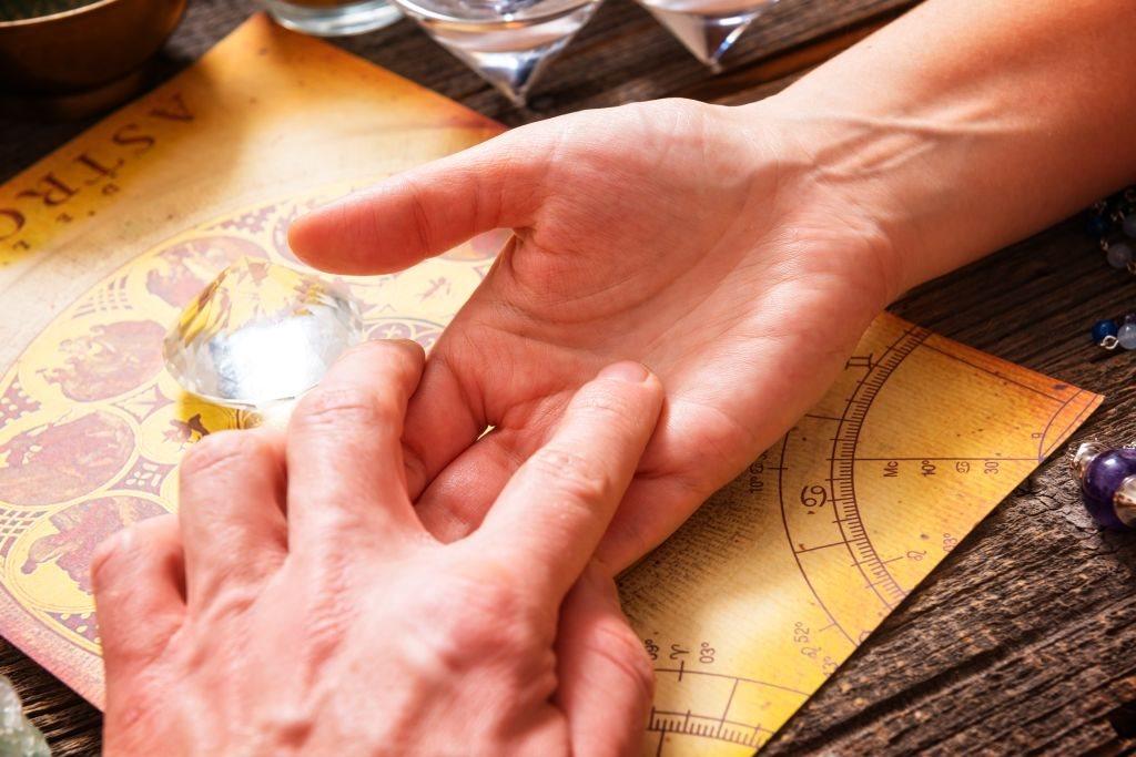 Šta znači kada je linija života na dlanu prekinuta_378802630