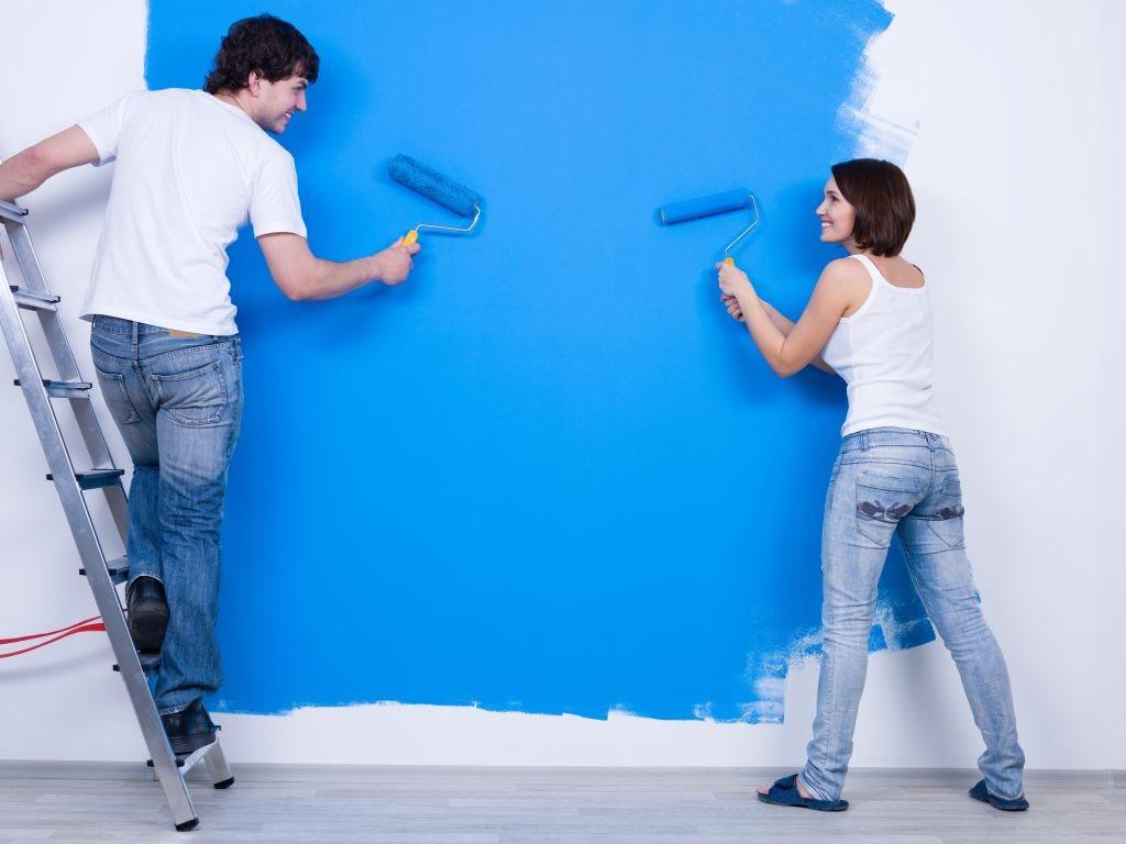 muskarac zena krece zid plava boja